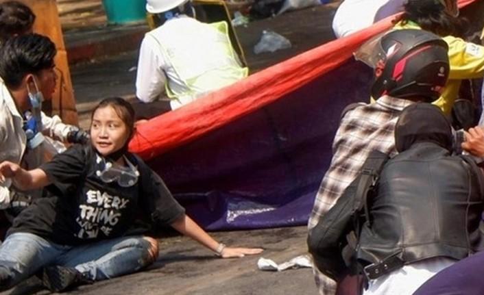AVUSTRALYA'DA YÜZLERCE KİŞİ MYANMAR'DAKİ DARBEYİ PROTESTO ETTİ