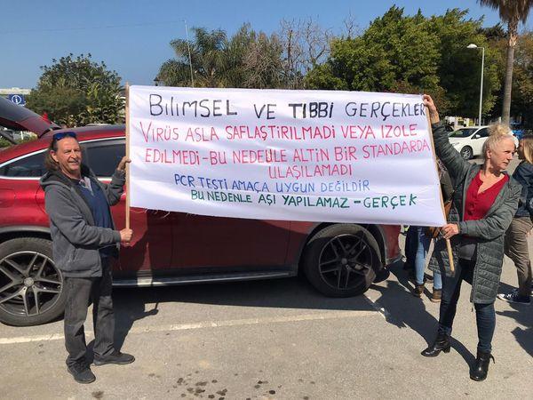 Maske, PCR testi ve aşı karşıtları Girne'de protesto düzenledi