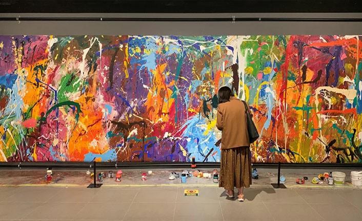 Tablonun önündeki fırçaların eserin parçası olduğunu anlamayan çift 500 bin dolarlık eseri boyadı
