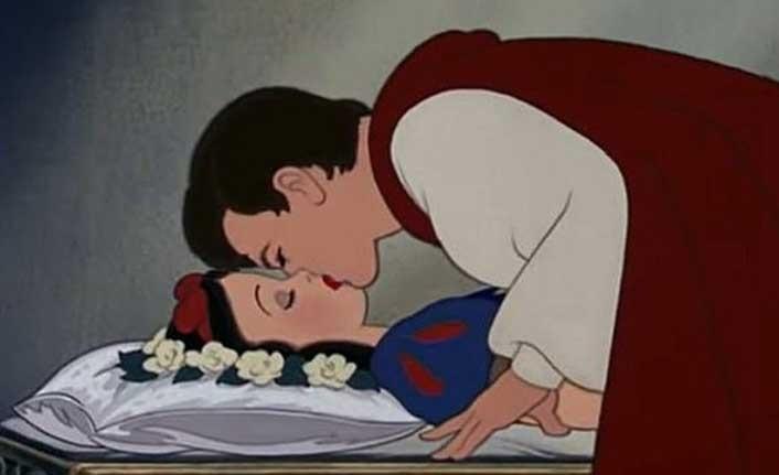 Disneyland'da prensin Pamuk Prenses'i öpme sahnesine cinsel saldırı itirazı