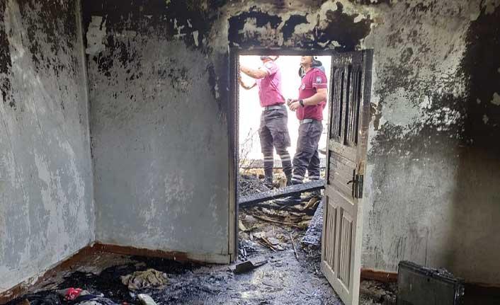 Haspolat'ta Da Yangın Çıktı… Evin Tavanı Çöktü… Bir Kişi Dumandan Etkilendi