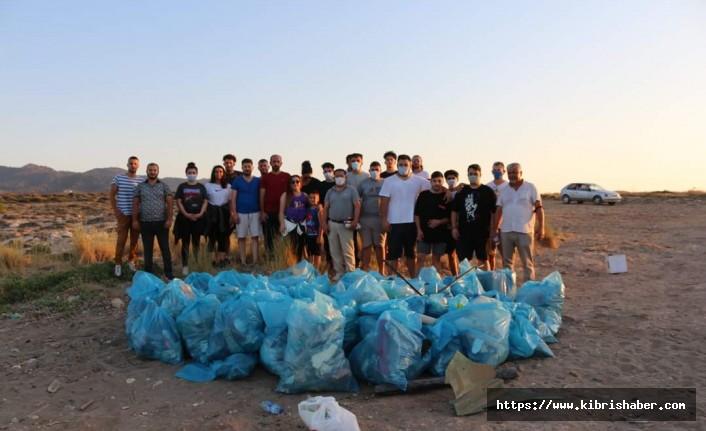 YDP Lapta ve Karşıyaka Gençlik Kolları Karşıyaka'da bulunan sahili çöplerden arındırdı