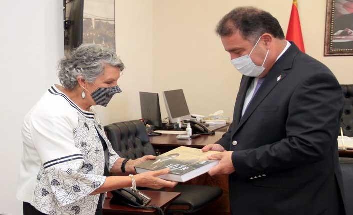 Yazar Sevil Emirzade, kitabını Ersan Saner'e takdim etti