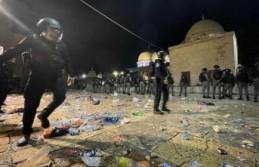 İsrail bir kez daha Mescid-i Aksa'da cemaate saldırdı