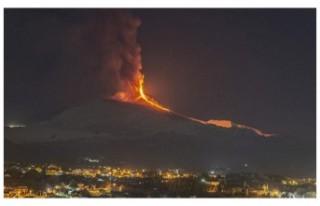 İtalya'da Etna Yanardağı lav ve kül püskürtmeye...
