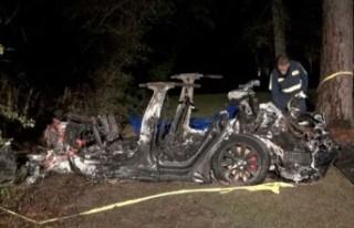 Sürücüsüz Tesla kaza yaptı: 2 kişi hayatını...
