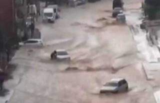 Ankara'da sel: Caddeleri su bastı, araçlar sürüklendi