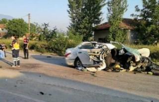 Otomobil elektrik direğine çarptı: 3 ölü, 2 yaralı