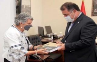 Yazar Sevil Emirzade, kitabını Ersan Saner'e...