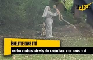 Rahibe elbisesi giymiş bir kadın iskeletle dans...