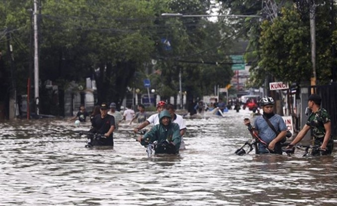 ENDONEZYA'DA ŞİDDETLİ YAĞIŞLAR HAYATI FELÇ ETTİ