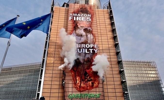 Greenpeace Amazonlar'daki yangına dikkat çekmek için AB binasına afiş astı