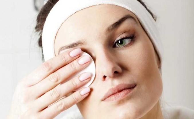 Makyajı Temizlemeden Uyumak Göz Kuruluğuna Zemin Hazırlıyor